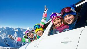 cestování a zážitky - skupina lidí v autě